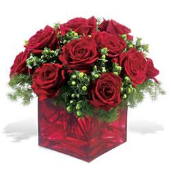 Tokat uluslararası çiçek gönderme  9 adet kirmizi gül cam yada mika vazoda