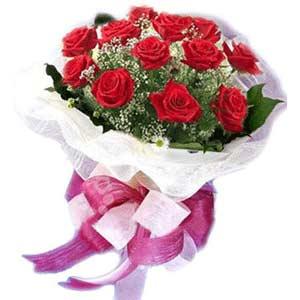 Tokat hediye sevgilime hediye çiçek  11 adet kırmızı güllerden buket modeli