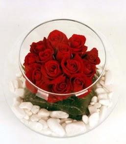 Cam fanusta 11 adet kırmızı gül  Tokat 14 şubat sevgililer günü çiçek