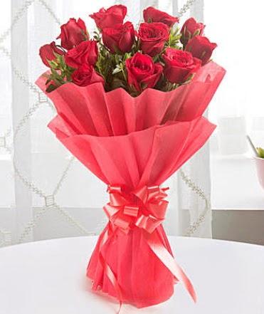 12 adet kırmızı gülden modern buket  Tokat uluslararası çiçek gönderme