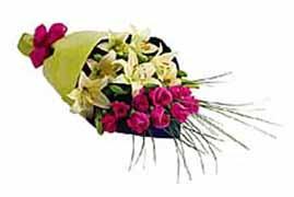 1 lilyum ve 7 gülden buket   Tokat çiçek yolla , çiçek gönder , çiçekçi