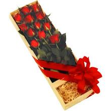 kutuda 12 adet kirmizi gül   Tokat uluslararası çiçek gönderme