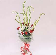 7 adet kirmizi gül ve glayör  Tokat uluslararası çiçek gönderme