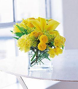 Tokat çiçek gönderme  cam vazo içerisinde sari çiçeklerden tanzim