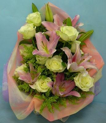11 adet gül ve 2 adet kazablanka buketi  Tokat yurtiçi ve yurtdışı çiçek siparişi