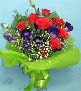 9 adet kirmizi gül ve kir çiçekleri  Tokat yurtiçi ve yurtdışı çiçek siparişi