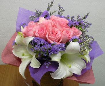 güller ve kazablanka buketi  Tokat kaliteli taze ve ucuz çiçekler