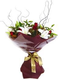 Tokat kaliteli taze ve ucuz çiçekler  7 adet kirmizi gül 2 adet kazablanka buketi