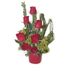 Tokat kaliteli taze ve ucuz çiçekler  minik vazoda 7 adet kirmizi gül