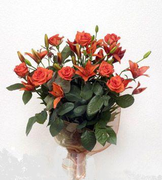 9 adet gül ve 3 adet lilyum çiçegi buketi   Tokat çiçek yolla