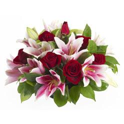 güller ve kazablnaklardan aranjman  Tokat çiçek , çiçekçi , çiçekçilik
