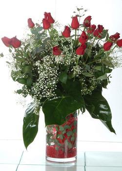 Tokat çiçekçiler  11 adet kirmizi gül ve cam yada mika vazo tanzim