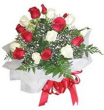 Tokat çiçek online çiçek siparişi  12 adet kirmizi ve beyaz güller buket