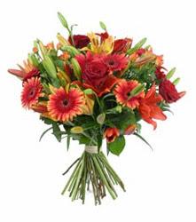 Tokat 14 şubat sevgililer günü çiçek  3 adet kirmizi gül ve karisik kir çiçekleri demeti
