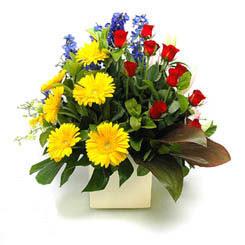 Tokat çiçek gönderme sitemiz güvenlidir  9 adet gül ve kir çiçekleri cam yada mika vazoda