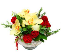 Tokat 14 şubat sevgililer günü çiçek  1 adet orkide 5 adet gül cam yada mikada