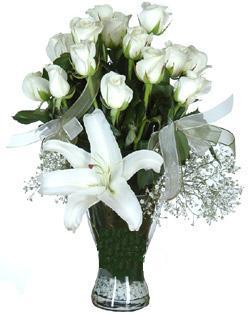 cam içerisinde 11 beyaz gül ve 1 kazablanka  Tokat güvenli kaliteli hızlı çiçek