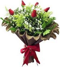 Tokat çiçek gönderme sitemiz güvenlidir  5 adet kirmizi gül buketi demeti