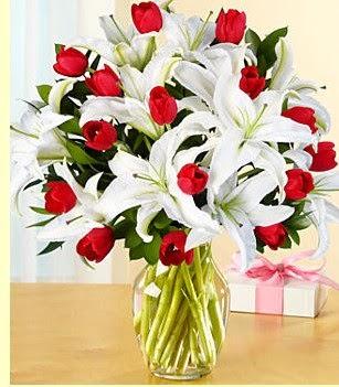 Tokat güvenli kaliteli hızlı çiçek  3 kazablanka 10 kırmızı gül vazosu