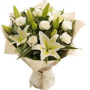 Tokat çiçek , çiçekçi , çiçekçilik  3 dal kazablanka ve 7 adet beyaz gül buketi