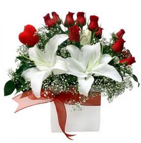 Tokat kaliteli taze ve ucuz çiçekler  1 dal kazablanka 11 adet kırmızı gül vazosu