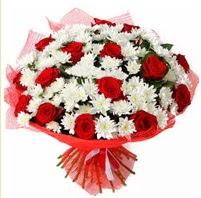 11 adet kırmızı gül ve beyaz kır çiçeği  Tokat yurtiçi ve yurtdışı çiçek siparişi
