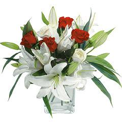 vazo içerisinde 4 gül 1 adet kazablanka  Tokat çiçek gönderme sitemiz güvenlidir