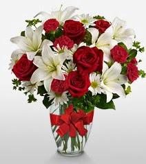 Eşsiz vazo tanzimi güller kazablankalar  Tokat çiçek gönderme sitemiz güvenlidir