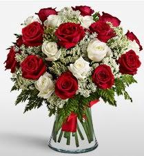 Vazoda 12 kırmızı 12 beyaz gül tanzimi  Tokat çiçekçi telefonları