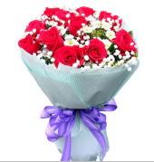 12 adet kırmızı gül ve beyaz kır çiçekleri  Tokat kaliteli taze ve ucuz çiçekler