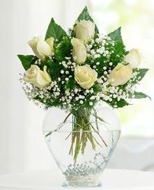 Cam içerisinde 7 adet beyaz gül  Tokat çiçek gönderme