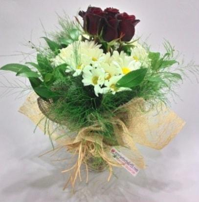 5 adet kırmızı gül ve kırızantem buketi  Tokat çiçek yolla