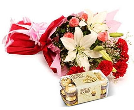 Karışık buket ve kutu çikolata  Tokat çiçek online çiçek siparişi