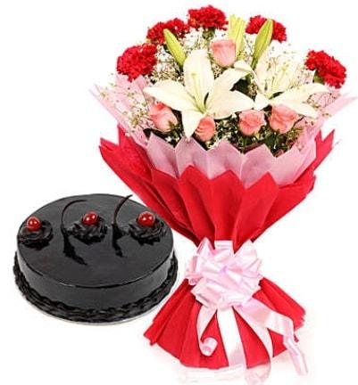 Karışık mevsim buketi ve 4 kişilik yaş pasta  Tokat kaliteli taze ve ucuz çiçekler